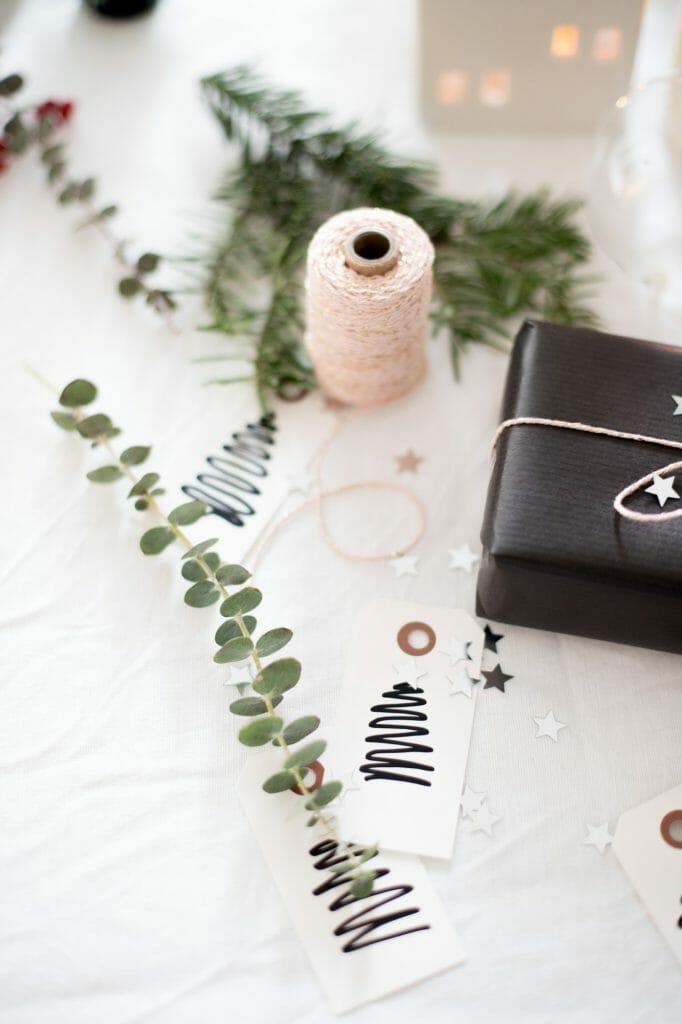 geschenkanhänger-mit-tannenbaum-bemalen-2