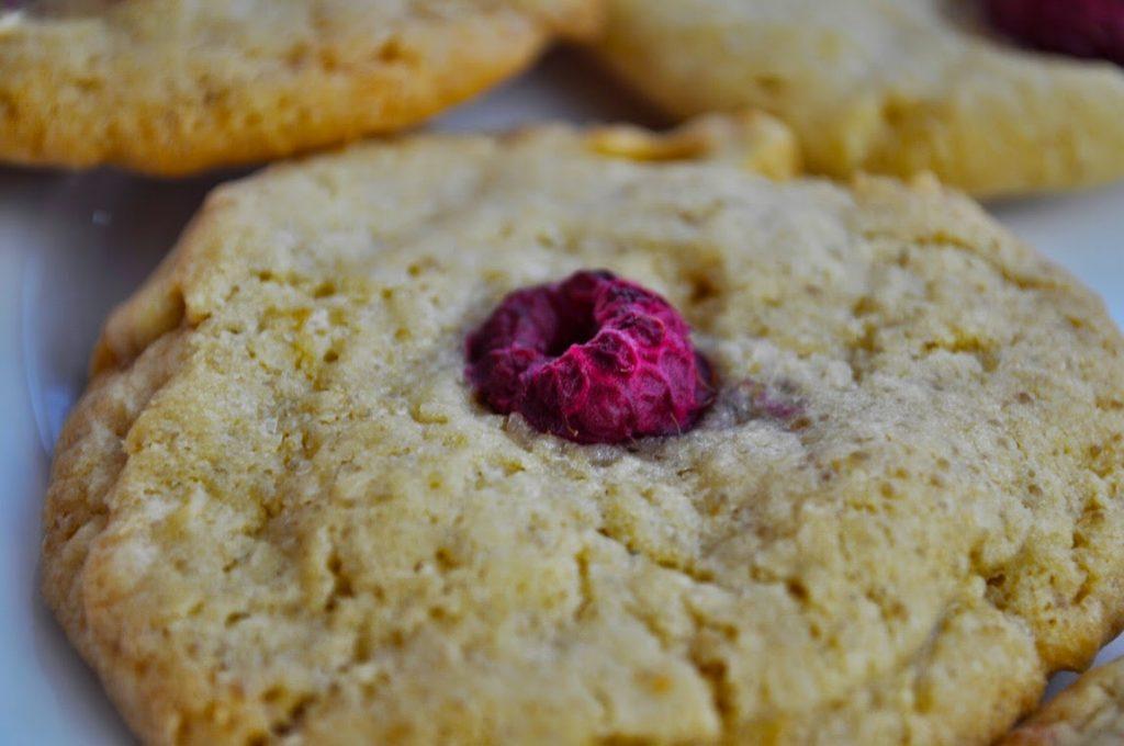 cookies-mit-weißer-schokolade-und-himbeeren