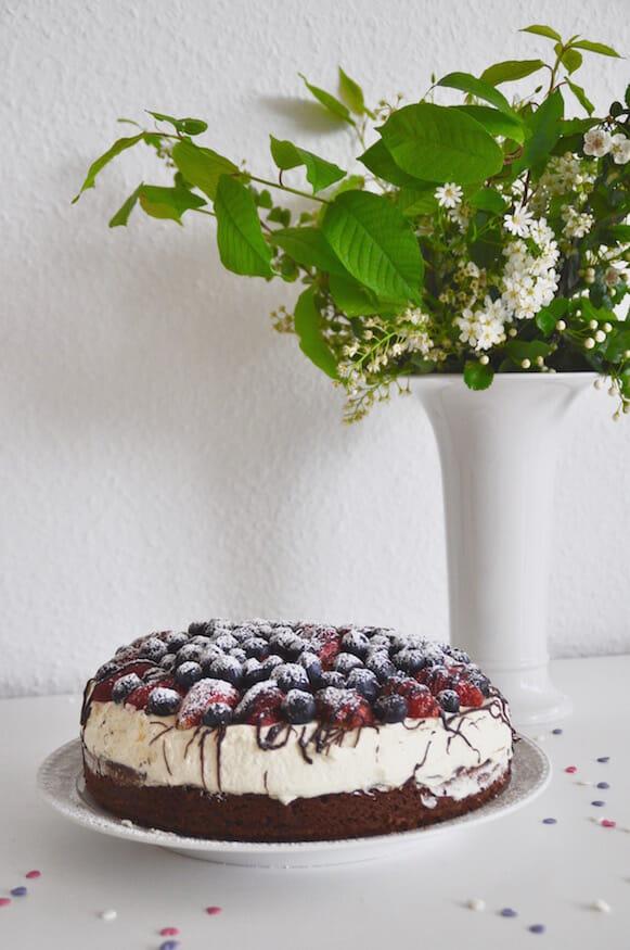 Schokoladenkuchen mit Beeren