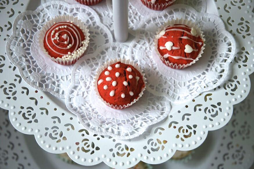 leckere-red-velvet-muffins-mit-roter-lebensmittel-farbe