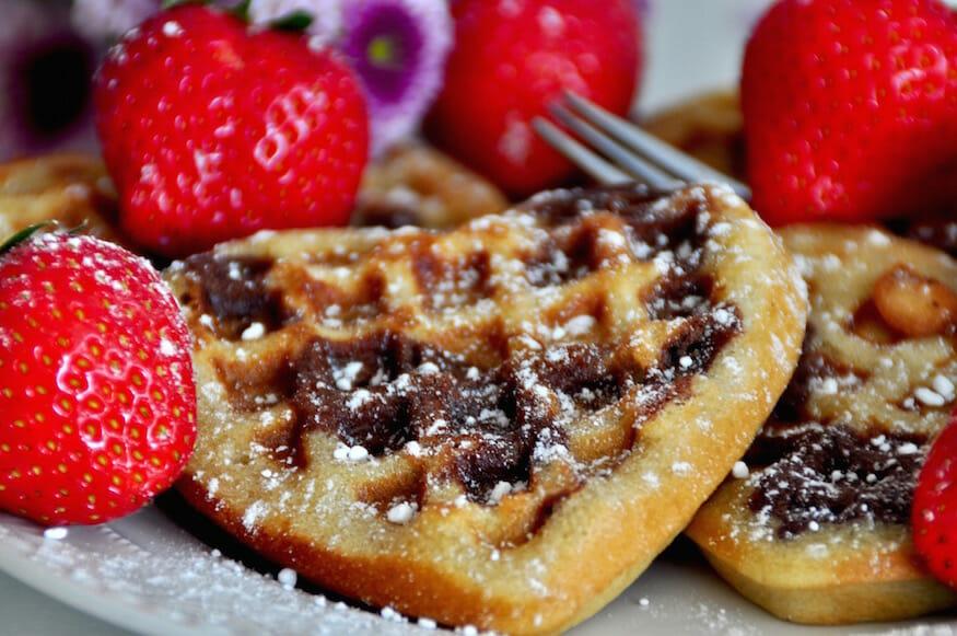 Flecken Waffeln mit Schokolade und Erdbeeren