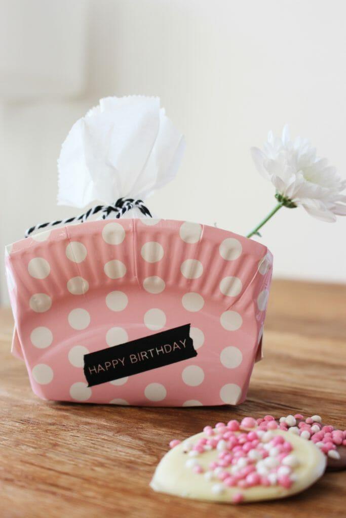 last-minute-Ideen_Upcycling-Pappteller-Geschenkverpackung