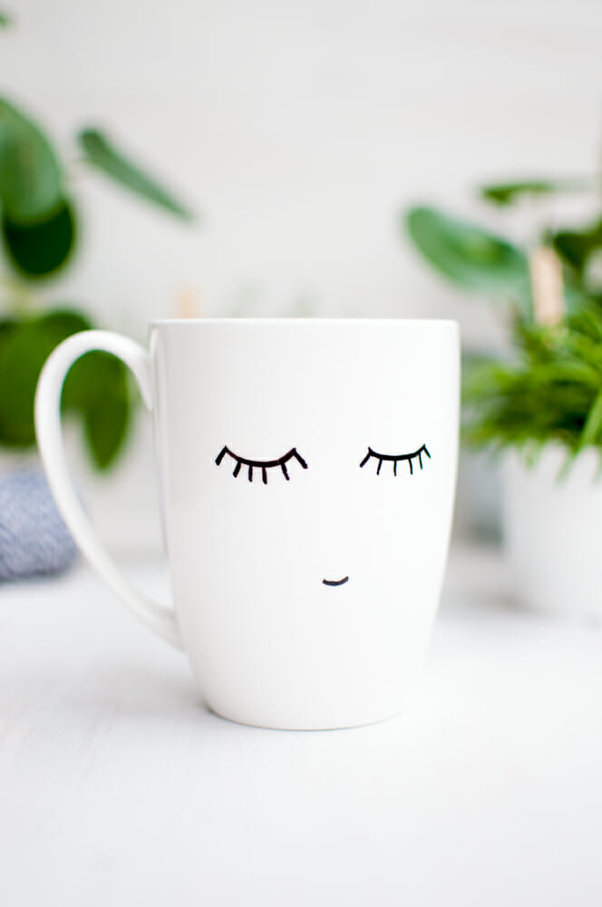 Fertige Tasse mit müden Augen