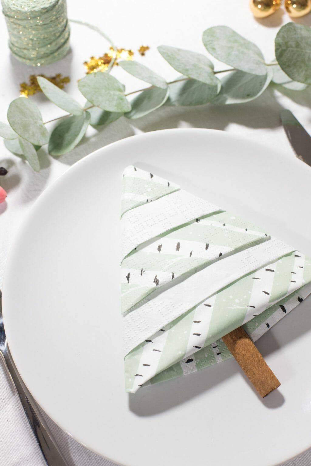 tannenbaum servietten falten eine einfache anleitung. Black Bedroom Furniture Sets. Home Design Ideas