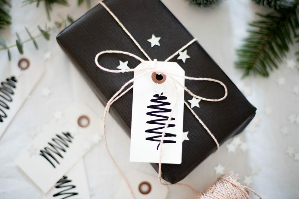 geschenkanhänger-mit-tannenbaum-bemalen-6