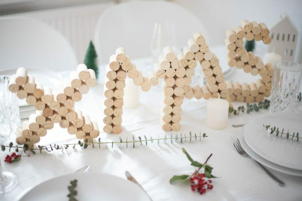 kork-buchstaben-als-weihnachts-tisch-dekoration-4