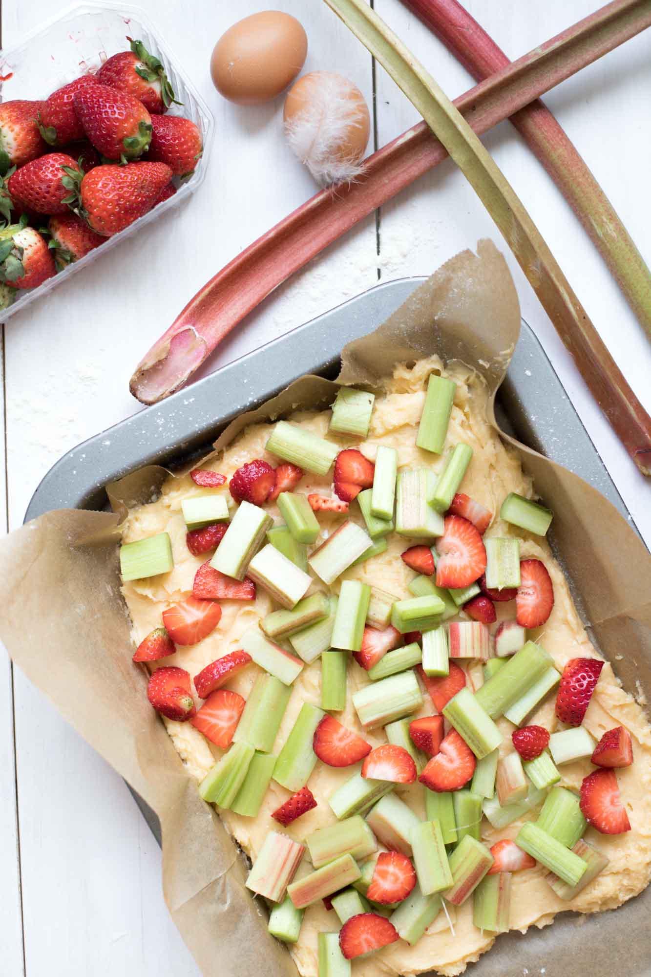 rhabarberkuchen-mit erdbeeren-und-streuseln-backen-3678
