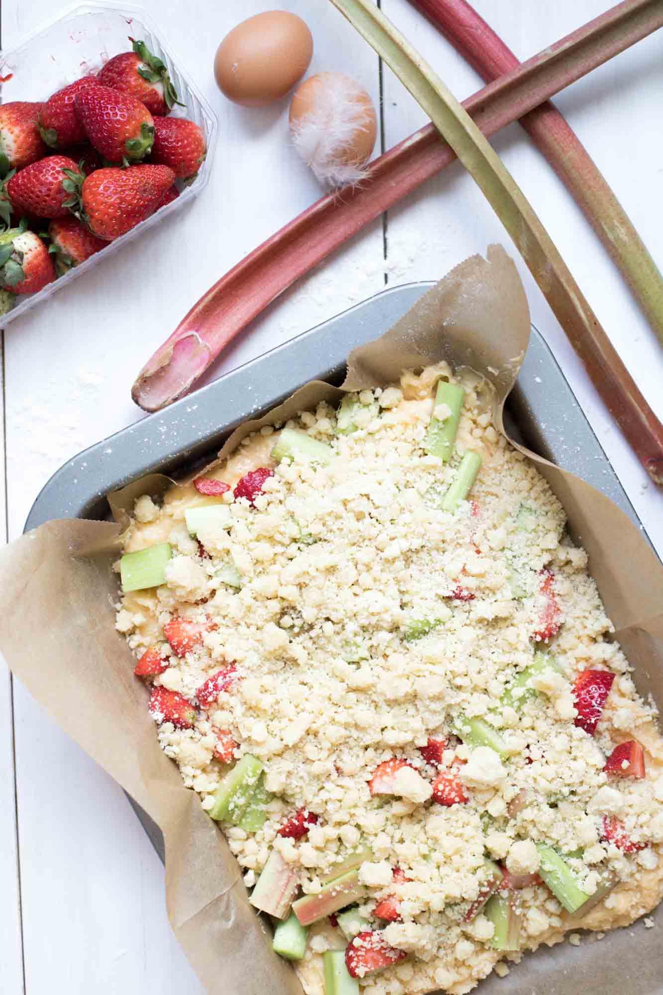 rhabarberkuchen-mit erdbeeren-und-streuseln-backen-3682