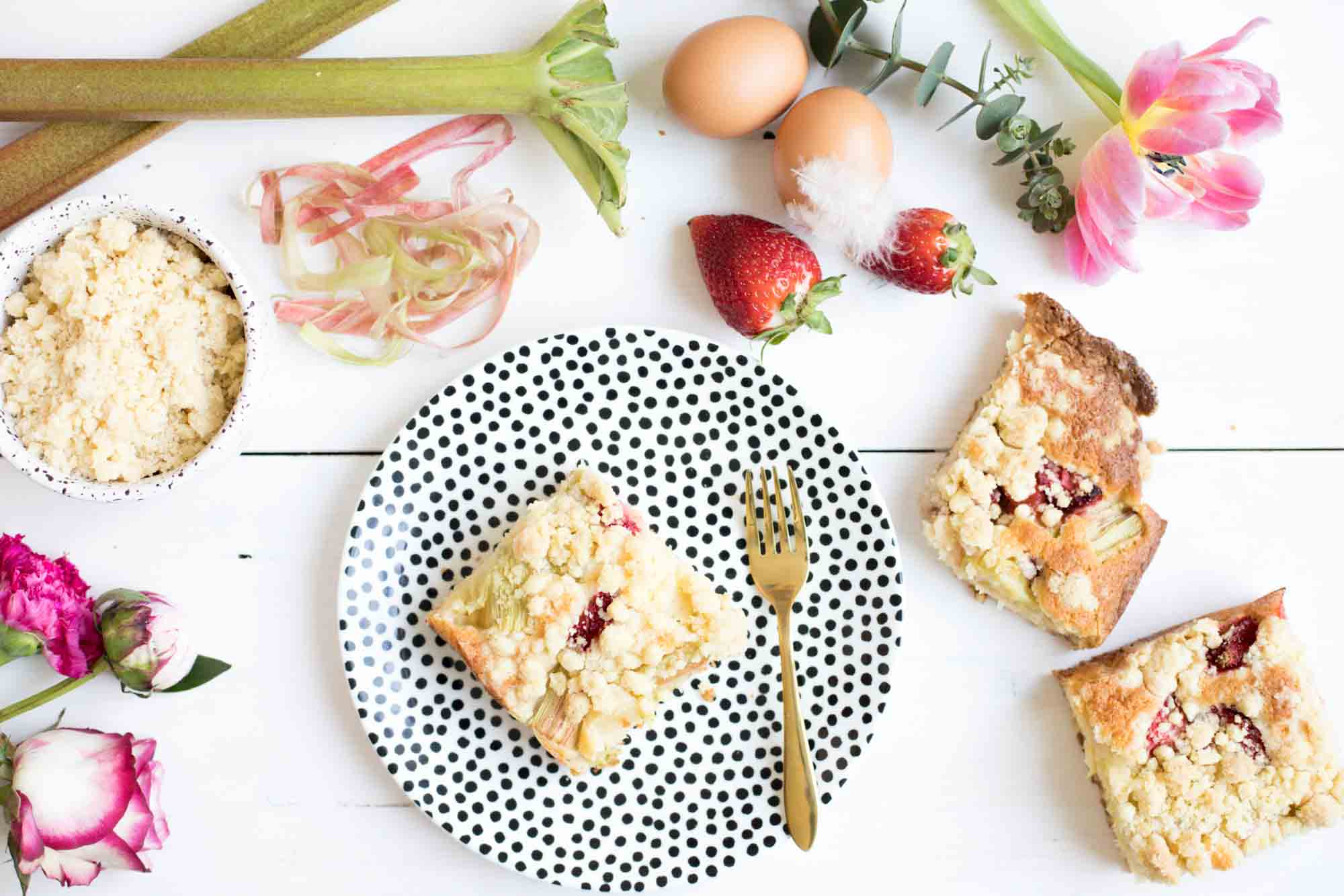 rhabarberkuchen-mit erdbeeren-und-streuseln-backen-3701