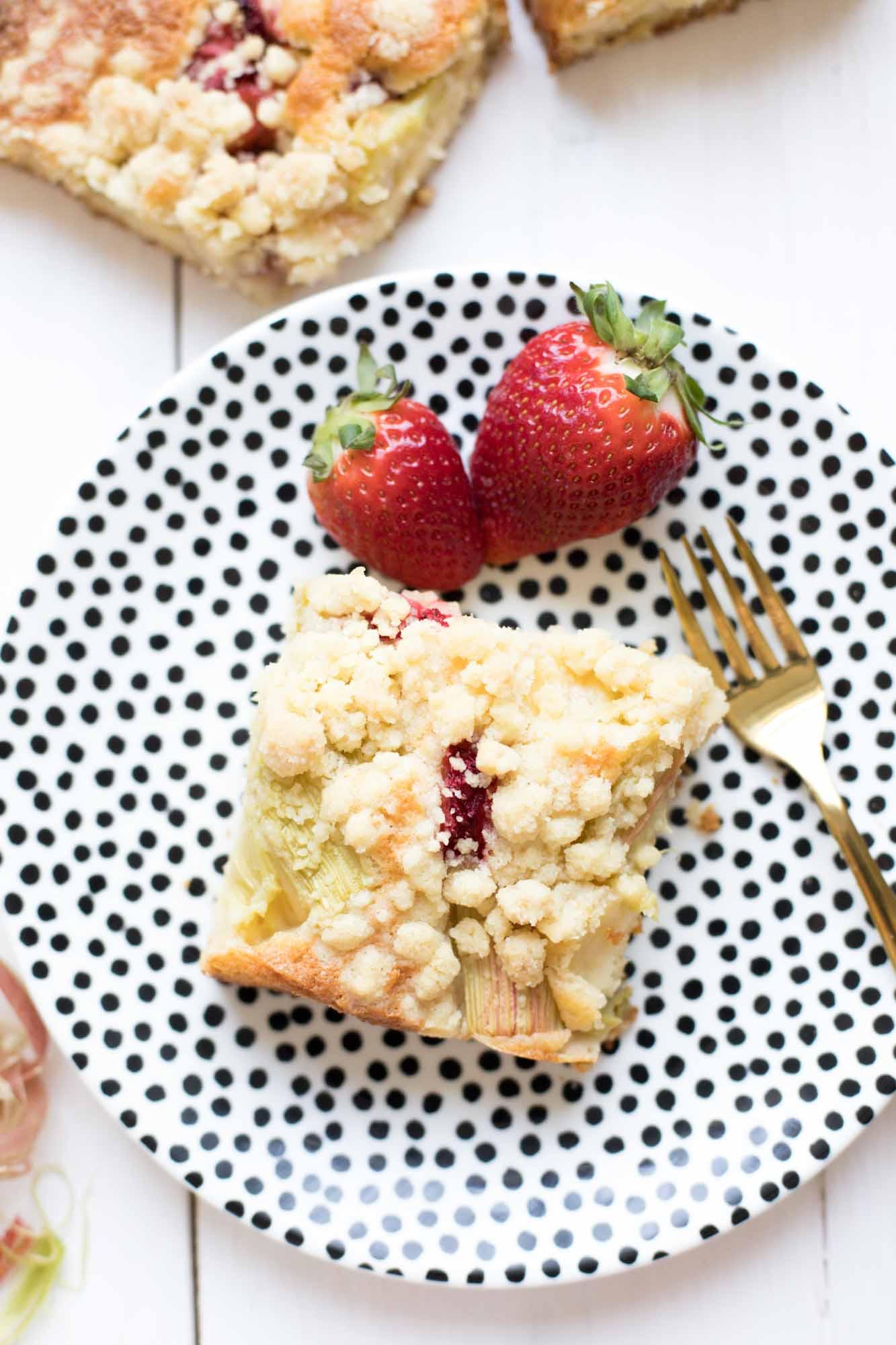 rhabarberkuchen-mit erdbeeren-und-streuseln-backen-3714