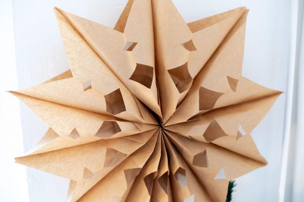 weihnachtssterne_basteln_aus_kraftpapiertüten-28