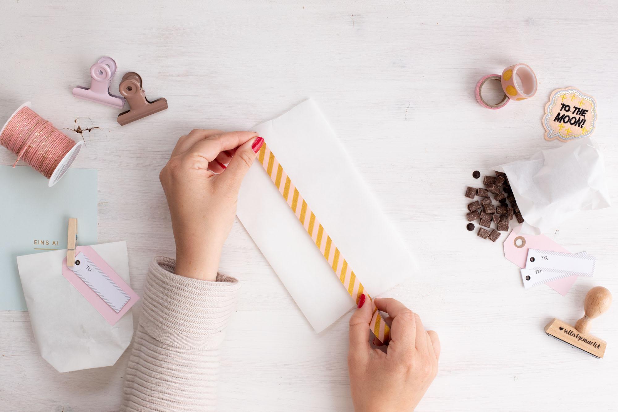Papiertüten_als_Geschenktüten_für_kekse_basteln-Schritt_4_Mitte_kleben