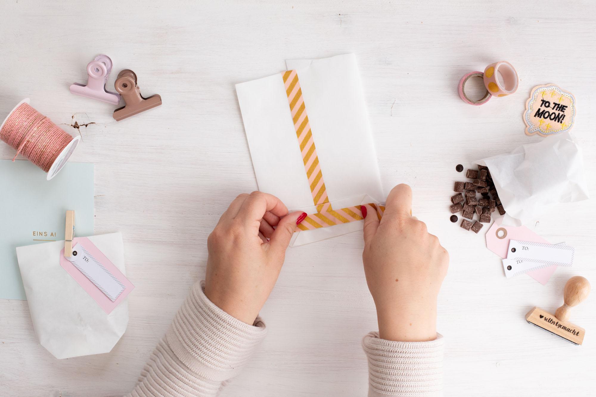 Papiertüten_als_Geschenktüten_für_kekse_basteln-Schritt_8_Boden_kleben