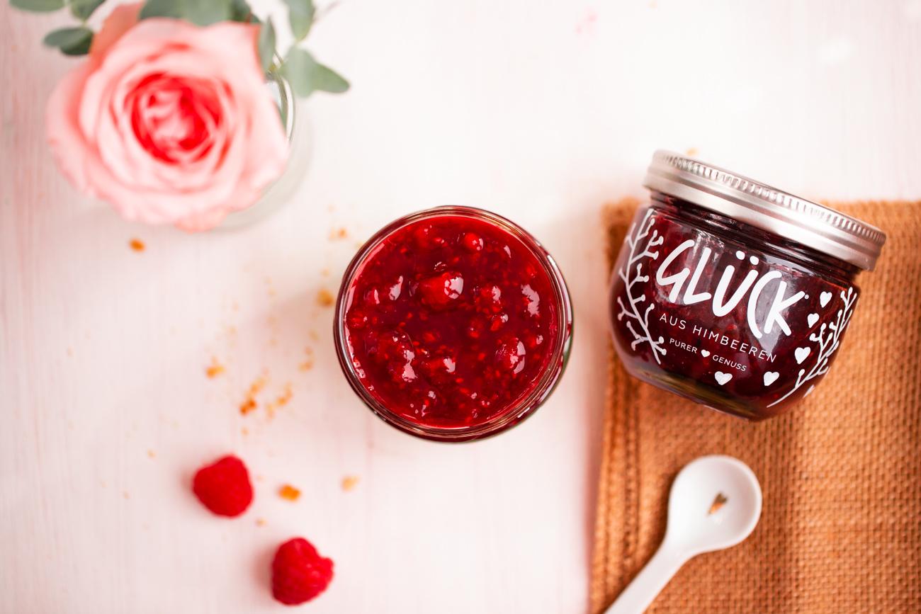 schnelles_dessert_nachtisch_im_glas_mit_himbeeren_GLÜCK_Marmelade_Rezept_DIY