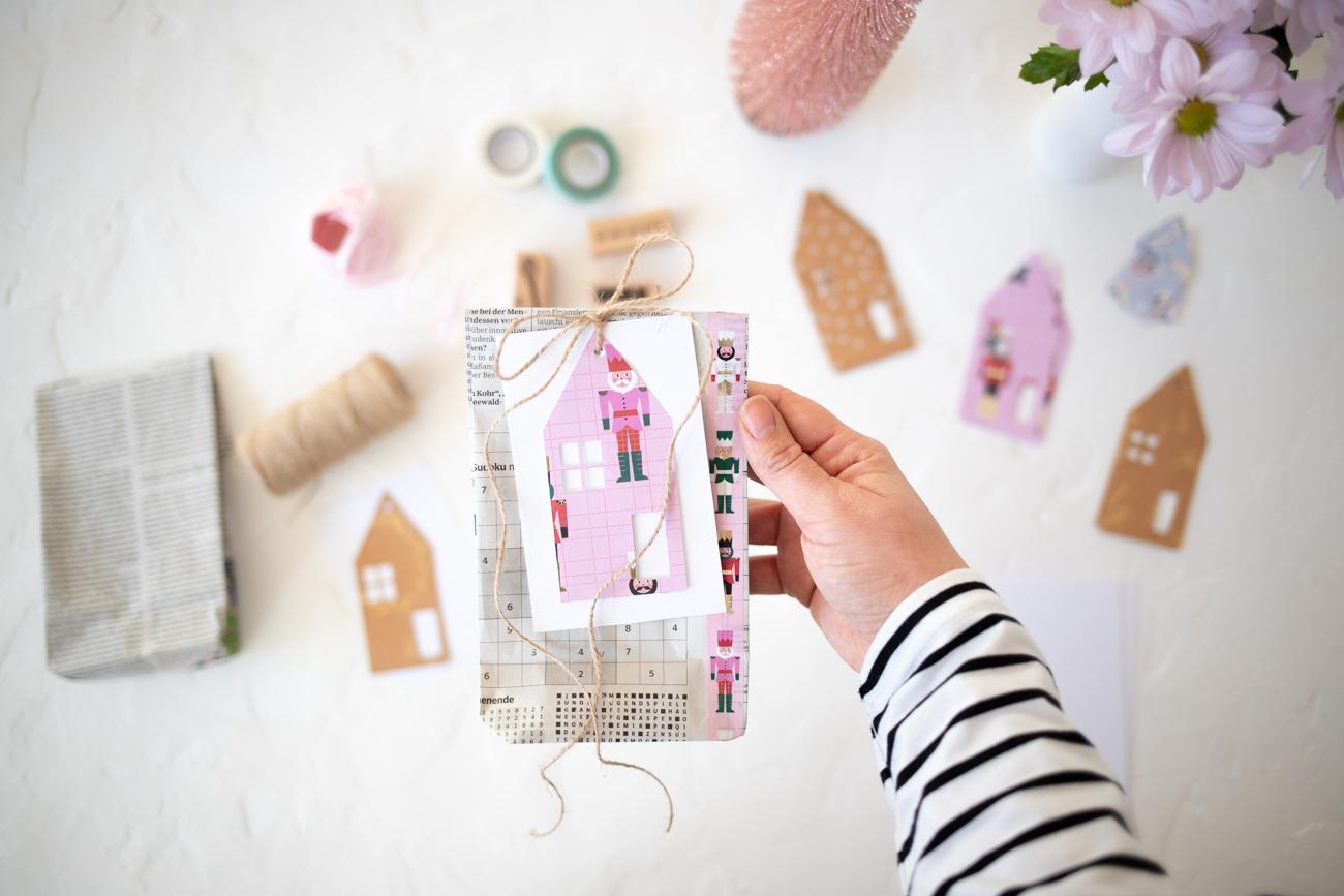 weihnachtsgeschenke-verpacken-mit-zeitung-13