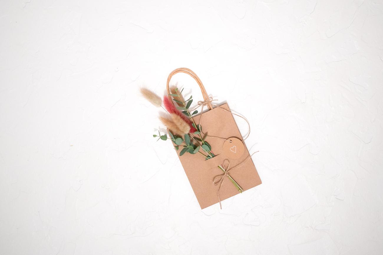 Geschenktüte mit Trockenblumen