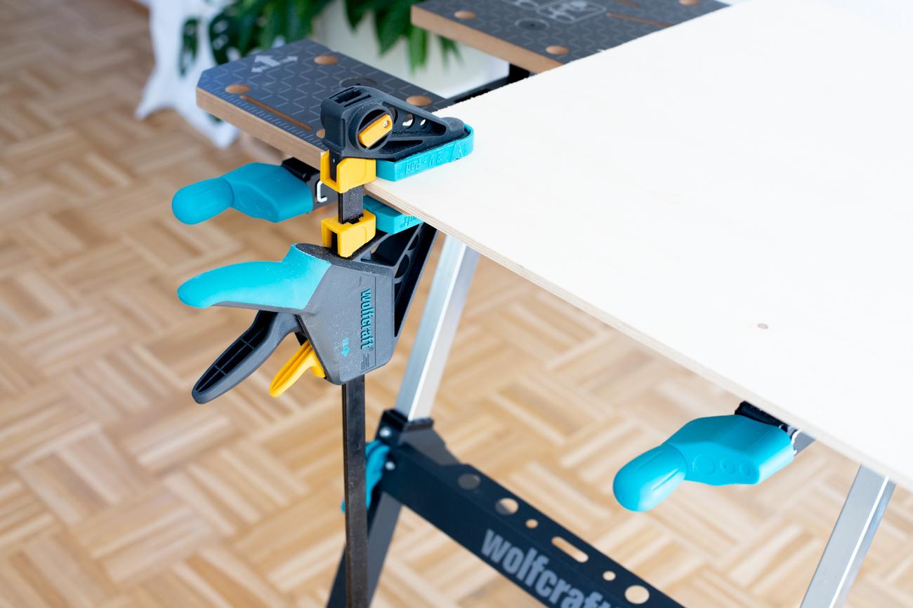 Holzbrett auf Arbeitstisch